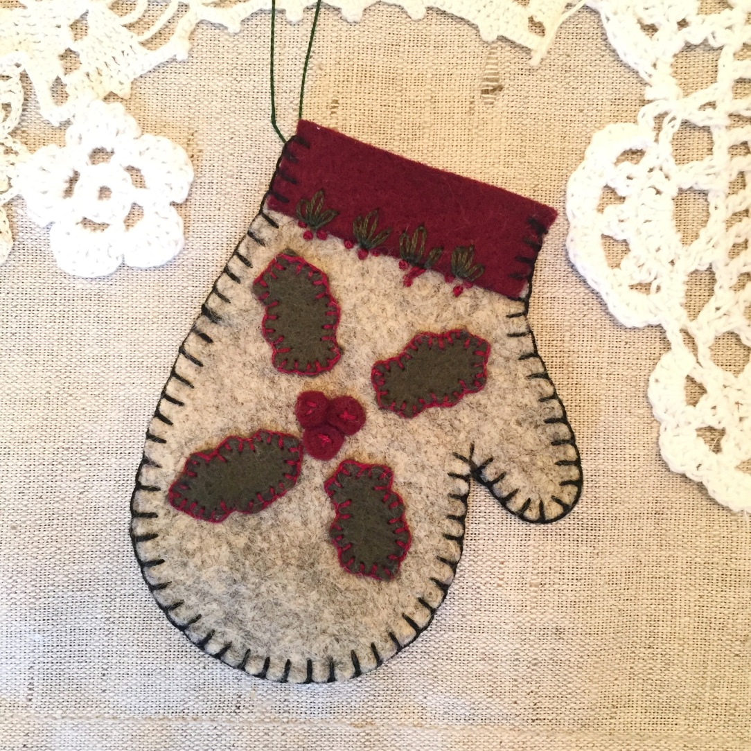 wooly-mitten-w-holly